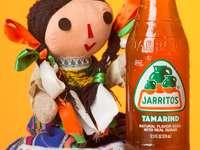 оранжева и бяла пластмасова бутилка до плюшена играчка от кафява мечка