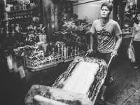 grijswaardenfoto van man met ijsblok met steekwagen