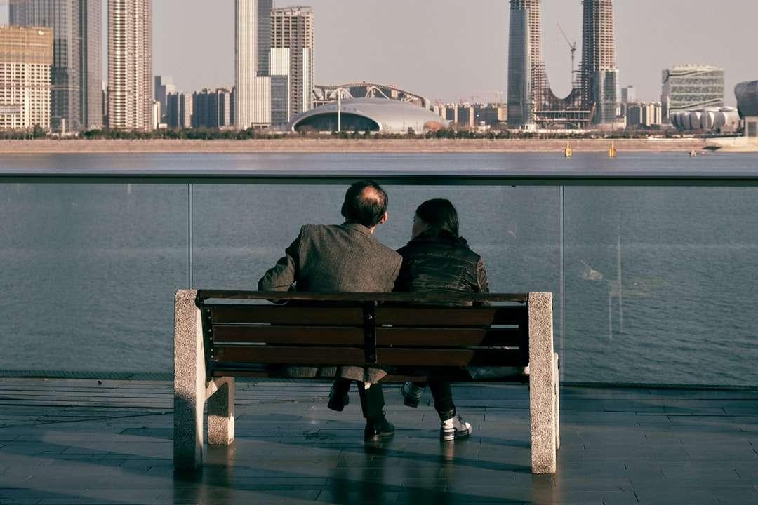 uomo e donna che si siede sulla panca di legno marrone - Hangzhou, 浙江省 中国 (18×12)
