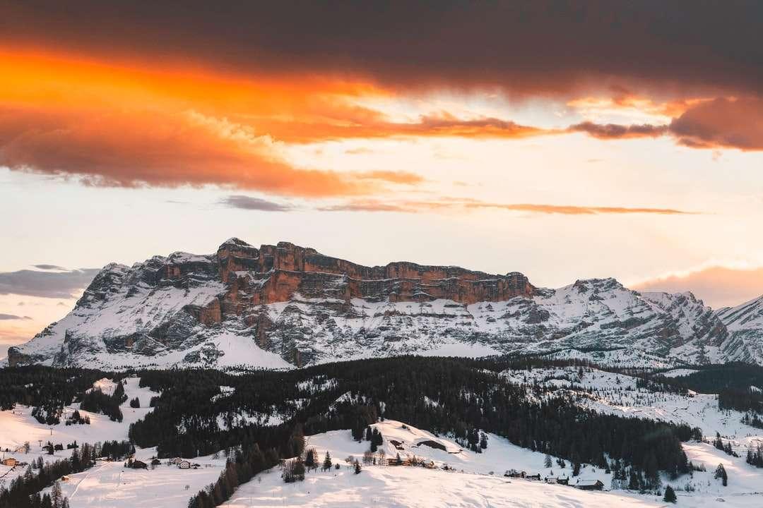 besneeuwde berg tijdens zonsondergang - Sass Dla Crusc, bergtop boven het dorp Pedraces in de Italiaanse Dolomieten (16×11)