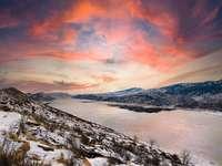 zasněžená hora při západu slunce