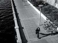 persoon in zwarte jas fietsten
