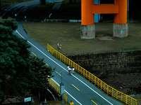 mensen lopen op de weg in de buurt van oranje en grijs gebouw