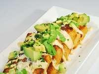 brązowy chleb z zielonymi warzywami na białym talerzu ceramicznym