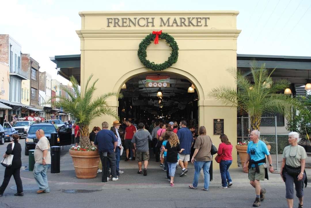 persone che camminano per strada durante il giorno - Il mercato francese. New Orleans, LA, USA (7×5)