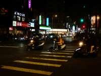 persone in sella a moto sulla corsia pedonale