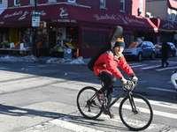Mann in der roten Jacke, die tagsüber auf Fahrrad fährt