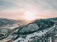 zasněžené hory během dne