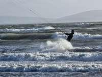 persoon die overdag op zeegolven surft
