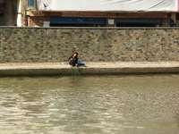 man in blauw shirt rijden op de boot overdag