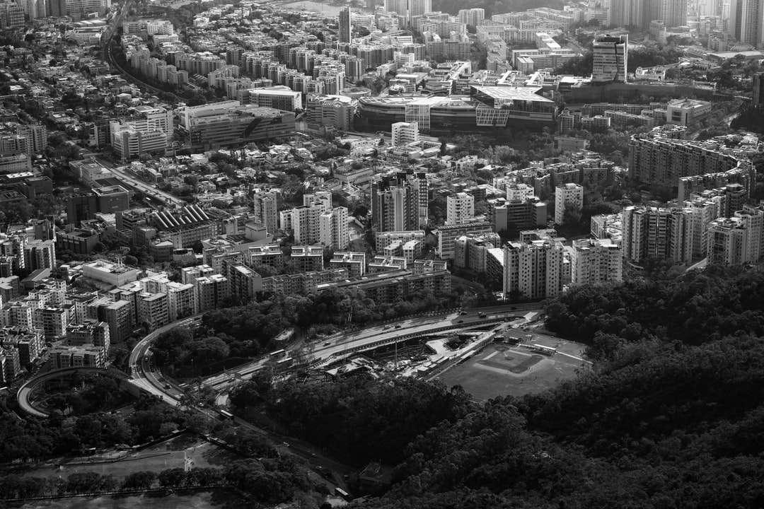 """vista aerea degli edifici della città durante il giorno - """"Una curva della strada non è la fine della strada ... A meno che tu non riesca a fare la svolta."""" - Helen Keller   Ieri è stata una pagina oscura della storia di Hong Kong. Un totale di 47 attivist (12×8)"""