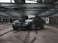 черен bmw m 3 купе паркиран в гараж