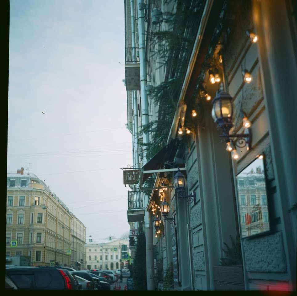 carros estacionados na beira da estrada durante o dia - São Petersburgo, Россия (10×10)