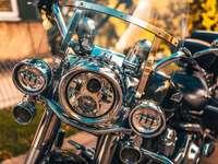 silberner und goldener Motorradmotor