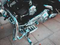 motocicleta preta em piso de concreto marrom