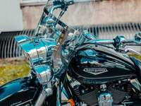motocicleta cruiser preta e prata