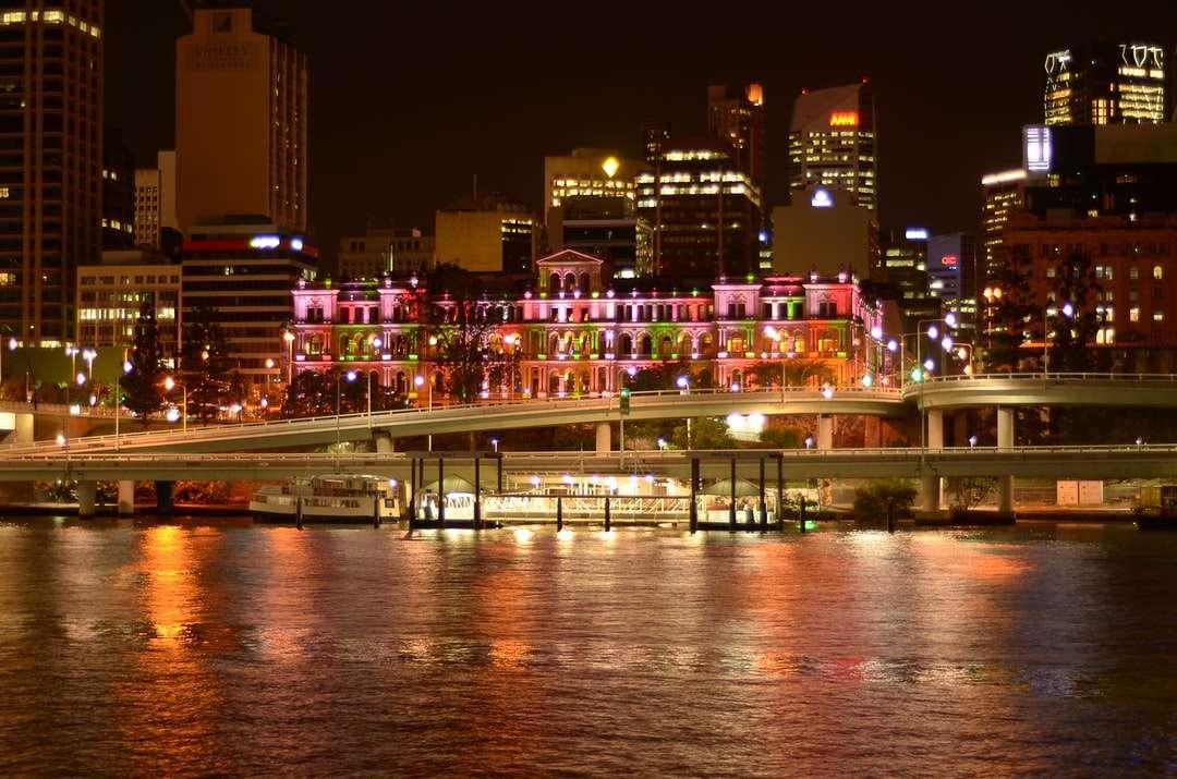 edifici della città vicino allo specchio d'acqua durante la notte - Paesaggio urbano. Brisbane QLD, Australia (7×5)