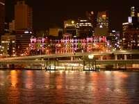 városi épületek a víztömeg közelében éjszaka