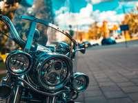 zwarte motorfiets op grijze betonweg overdag