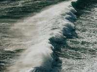 океански вълни, разбиващи се на брега през деня