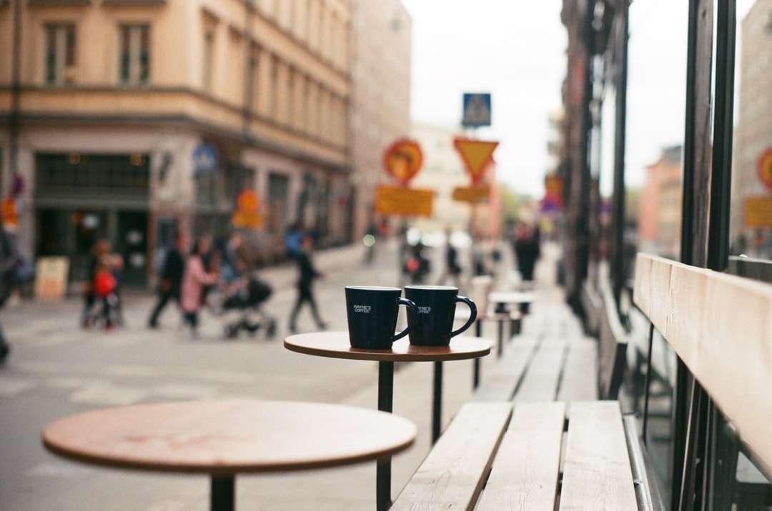 černý keramický hrnek na hnědém dřevěném stole - Stockholm, Švédsko (10×7)