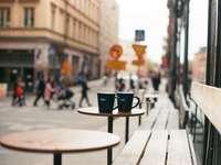 zwarte keramische mok op bruine houten tafel