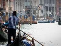 man in zwart-wit gestreept shirt rijden op de boot