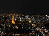 città con grattacieli durante la notte