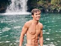 Kerl am Wasserfall