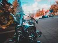 schwarzes Motorrad auf der Straße während des Tages