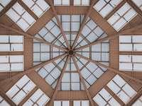 bruin houten plafond met lichtpunt