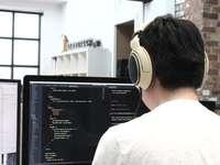 ember fejhallgatót használ, miközben számítógépet használ