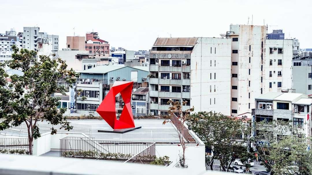 bandeira vermelha e branca em cerca de metal branco - bandeira vermelha e branca na cerca de metal branco perto de edifício de concreto branco durante o dia. . Tainan, Taiwan (3×2)