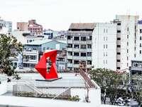 bandeira vermelha e branca em cerca de metal branco