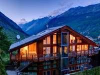 casa iluminada nas montanhas