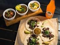 oranje fles naast witte keramische plaat met voedsel