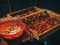 hnědá dřevěná bedna s červeným chilli