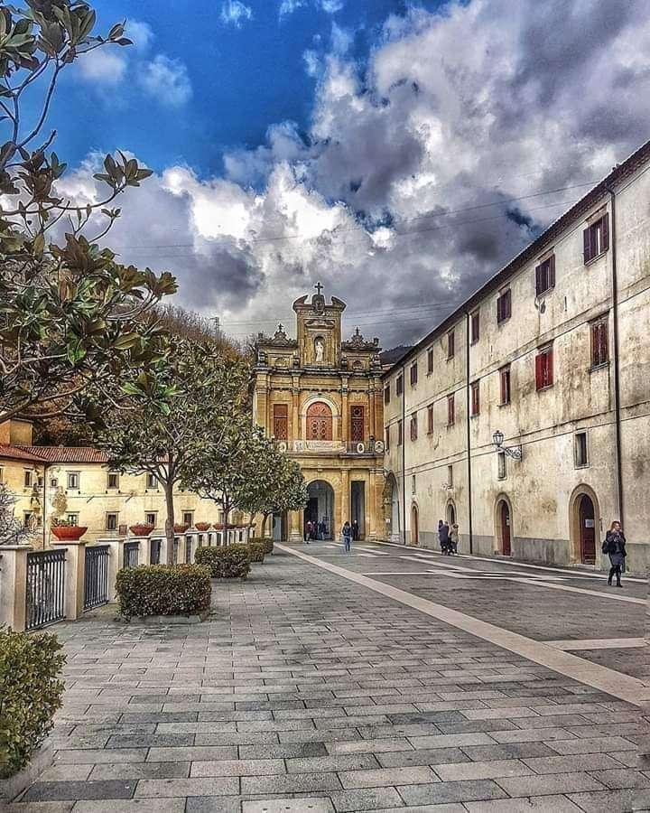 Santuário San Francesco di Paola Calabria Itália - O santuário regional de San Francesco da Paola eleva-se a 178 metros acima do mar na parte alta e montanhosa da cidade de Paola, a cidade natal de San Francesco, em um vale cercado por um riacho e ri (9×12)