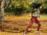 vrouw in bruin jasje en roze broek