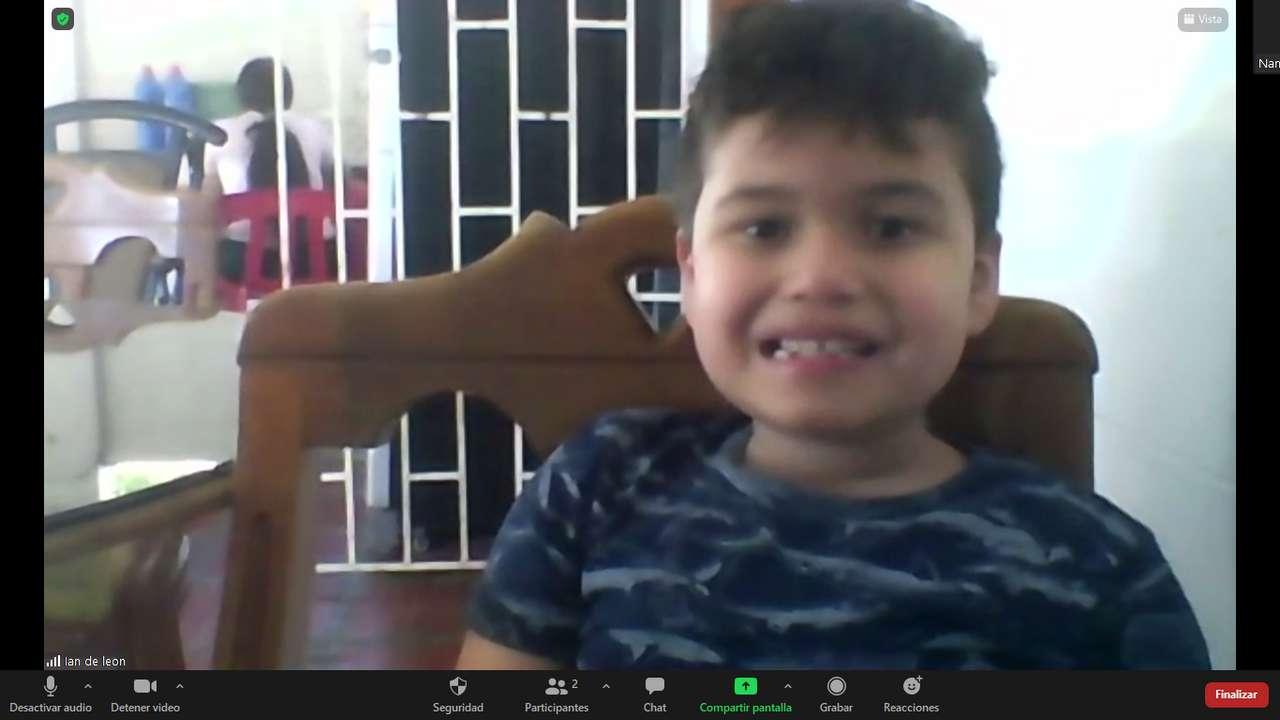 copil zâmbind fericit - copil fericit zambitor care sta acasa pe un scaun maro (12×7)