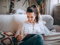 жена в бяла риза с копчета и сини дънкови дънки