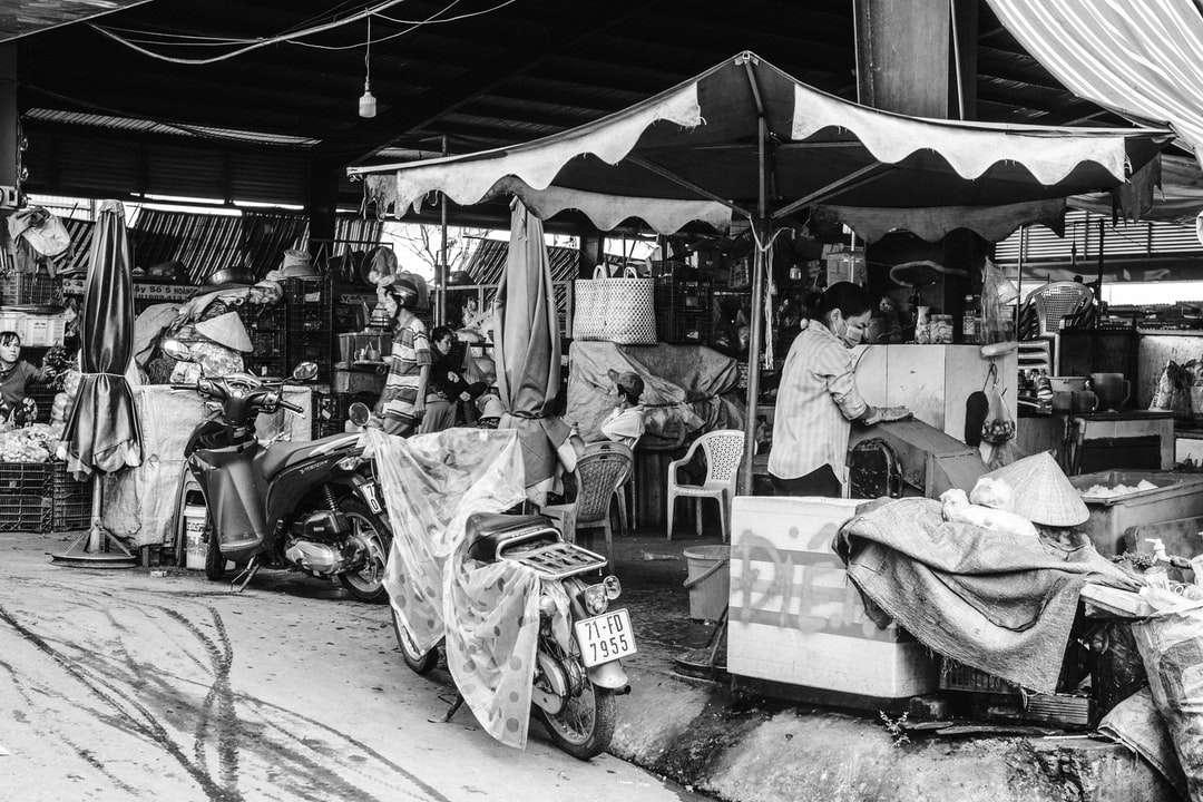 ve stupních šedi fotografie muže, který seděl na židli - Bến Tre, Ben Tre, Vietnam (18×12)