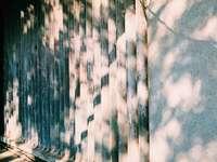 grijswaardenfoto van bakstenen muur