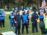 gruppo di persone che indossano uniformi blu e nere