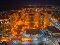 въздушен изглед на градските сгради през нощта