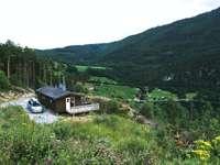 braunes Holzhaus auf grüner Wiese während des Tages