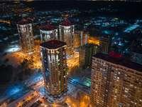 високи сгради през нощта