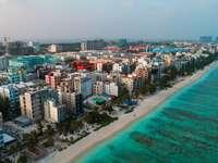 luchtfoto van stadsgebouwen in de buurt van waterlichaam