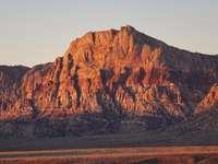 bruine rotsachtige berg onder grijze lucht overdag