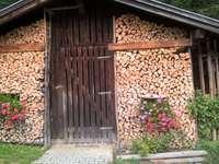 Madeira na frente da cabana